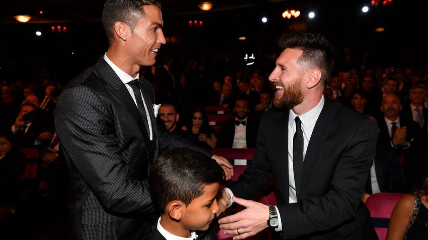 Cristiano Ronaldo und sein Sohn mit Lionel Messi bei der Verleihung des Ballon d'Or, Oktober 2017