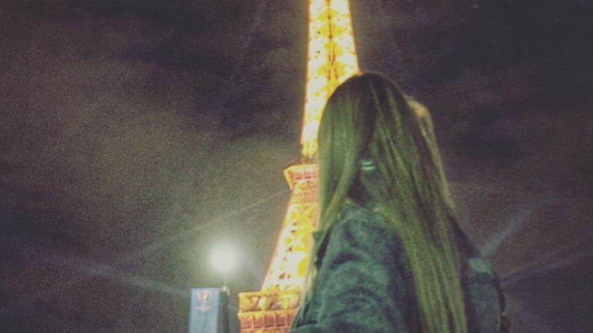 Dagi Bee während einer Frankreich-Reise vor dem Eiffelturm in Paris