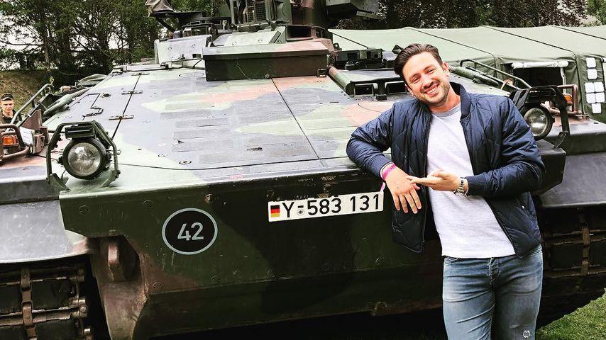Posing vor Panzer: Ex-Bachelor Daniel Völz verärgert Fans