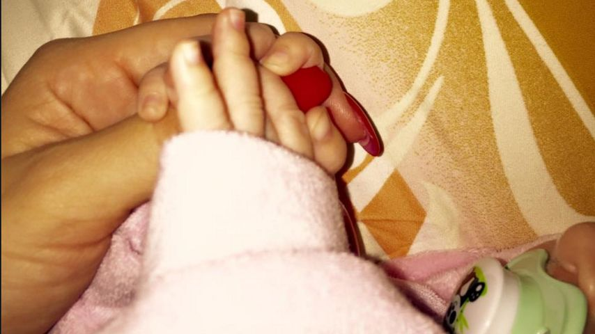 Zuckersüß: Hier hält Daniela Katzenberger Sophias Händchen