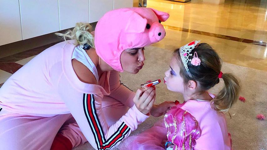 Zum Karneval: Die Katze schminkt Sophia im Schweine-Kostüm!
