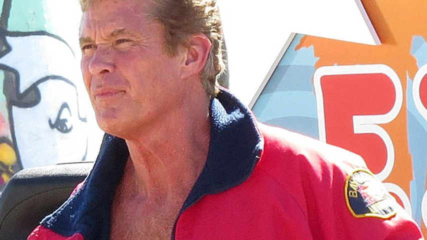 Baywatch is back! The Hoff packt die Badehose aus