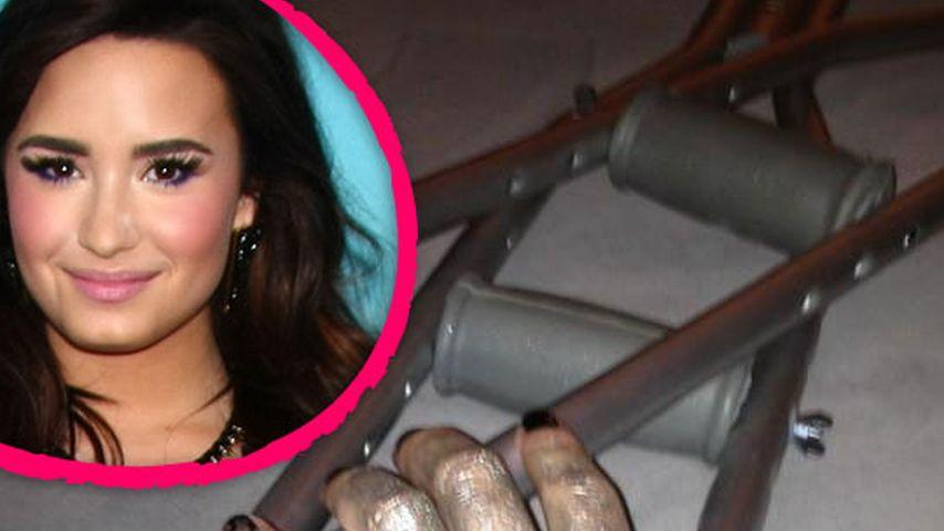 Demi Lovato mit Krücken: Ihr Bein ist verletzt!