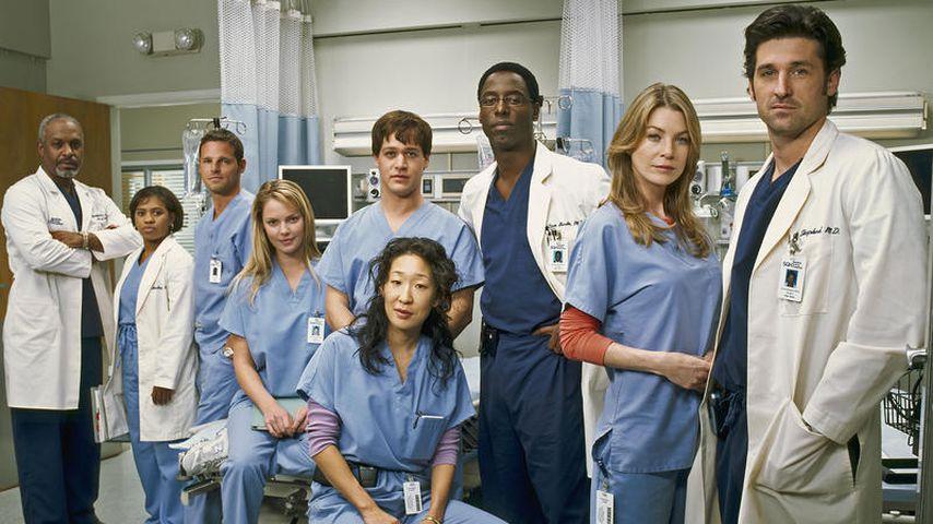 """Die Hauptdarsteller der Serie """"Grey's Anatomy"""" am Set der ersten Staffel im Jahr 2005"""