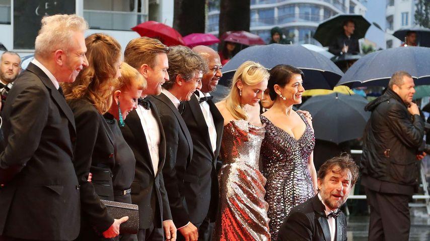 Cannes: Strömender Regen bringt Dach zum Einsturz