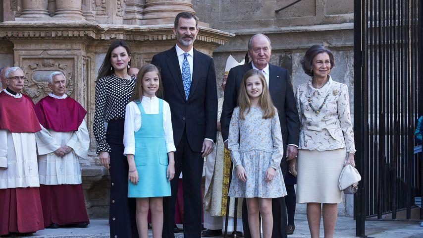 Königin Letizia und König Felipe mit ihren Töchtern Leonor und Sofía und dem ehemaligen Königspaar