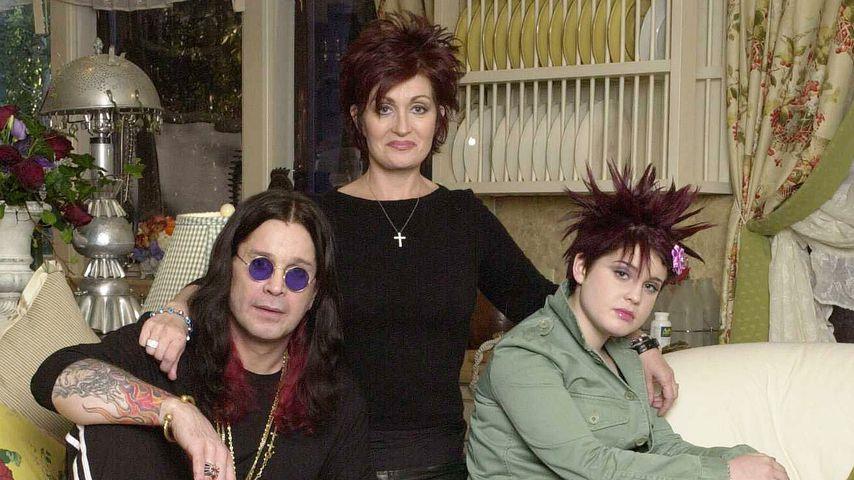 Die Osbournes auf einem Promo-Foto für ihre Reality-TV-Show im Jahr 2002