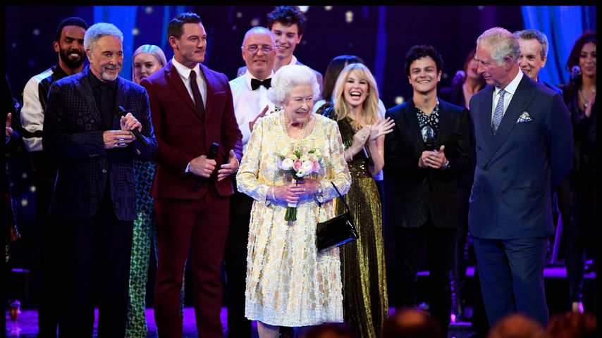 Queen Elizabeth II. (m.) an ihrem Geburtstag in der Royal Albert Hall in London