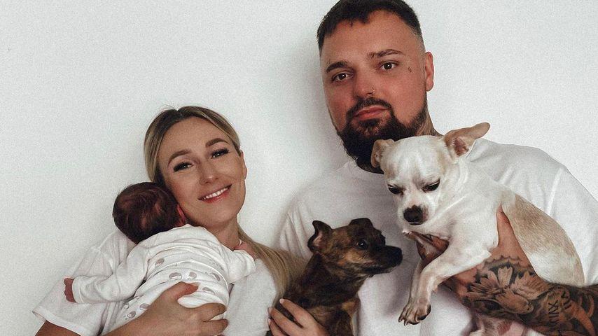 Jessi und Nik Schröder mit ihrer Tochter und ihren Hunden