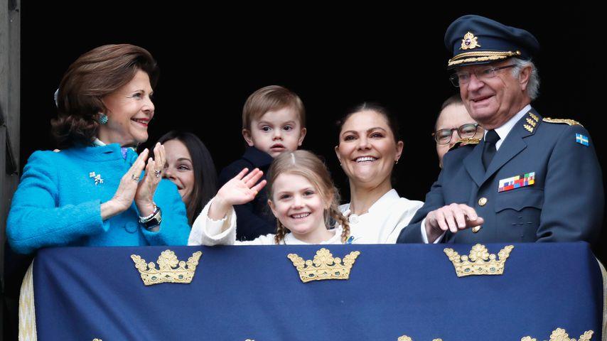Die schwedische Königsfamilie und Prinz Oscar (hinten, Mitte)
