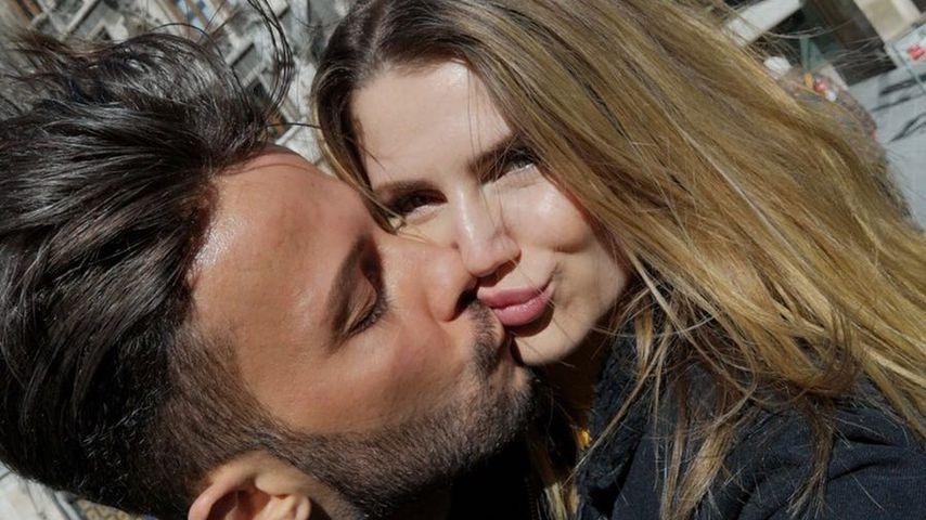 Domenico De Cicco küsst seine Freundin Julia, März 2019