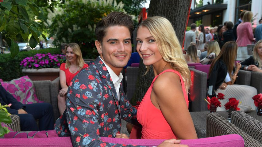 Dominik Bruntner und Jolina Fust lächeln bei der Red Summer Night by Bunte