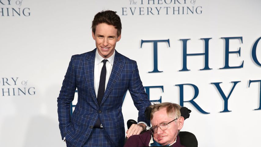Eddie Redmayne und Stephen Hawking bei einer Premiere