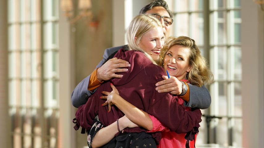Ella Endlich, Mousse T. und Carolin Niemczyk umarmen Kandidatin bei DSDS