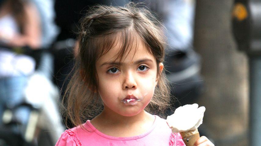Welche Bond-Girl-Tochter vernascht hier ihr Eis?