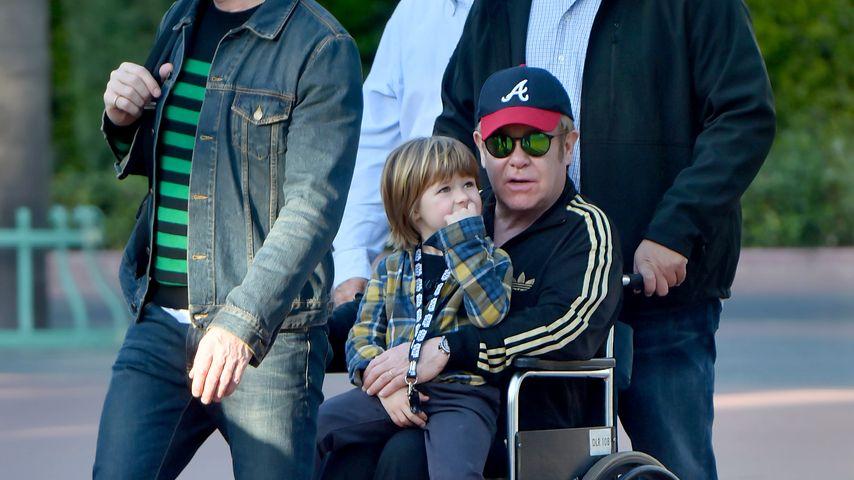 Schwächeanfall in Disneyland? Elton John sitzt im Rollstuhl