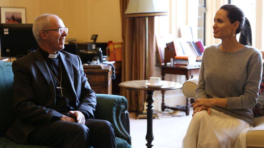 Ohne BH: Angelina Jolie zeigt Nippel beim Erzbischof!