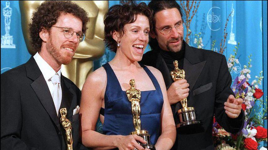 Ethan (l.) und Joel Coen (r.) mit Frances McDormand bei den Oscars 1997