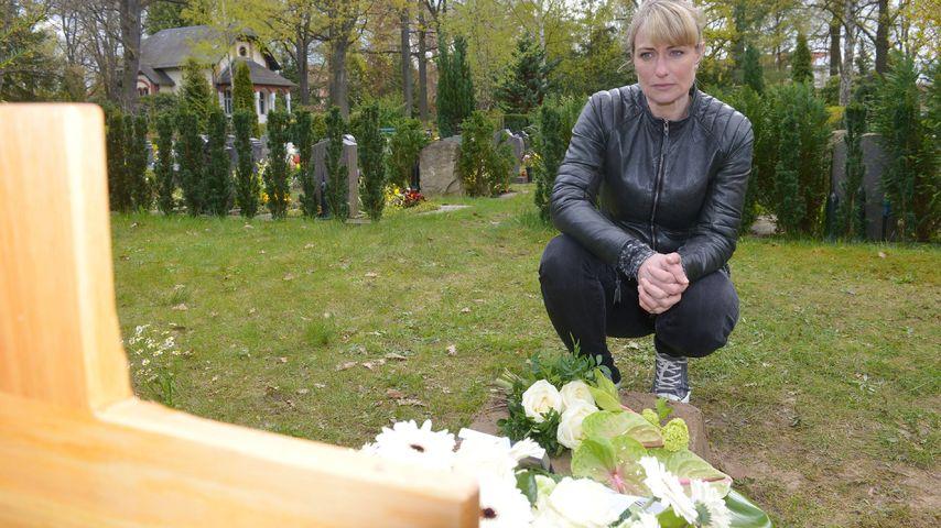 Eva Mona Rodekirchen als Maren bei GZSZ auf dem Friedhof