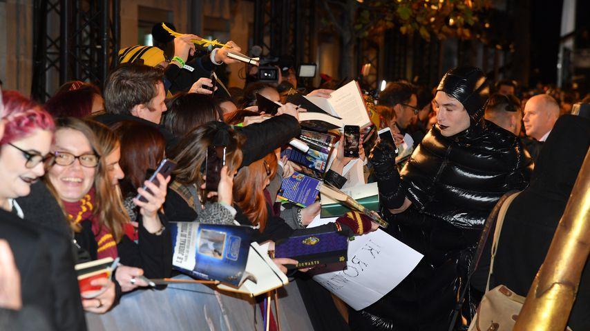 Fan-Service Ezra Miller gibt Autogramme und macht Selfies mit Fans