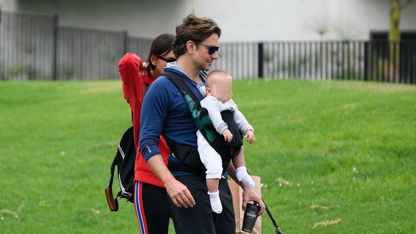 Familie Cooper/Shayk mit Hund Charlie
