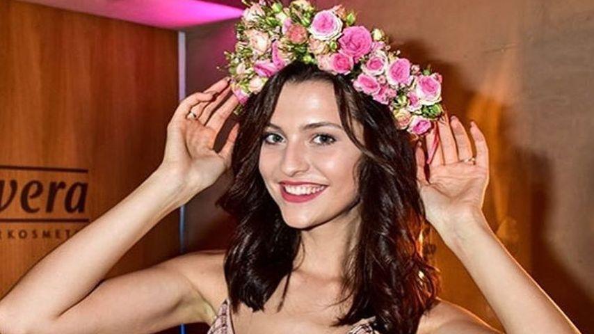 GNTM-Kandidatin Fata Hasanović mit Blumen-Haarkranz