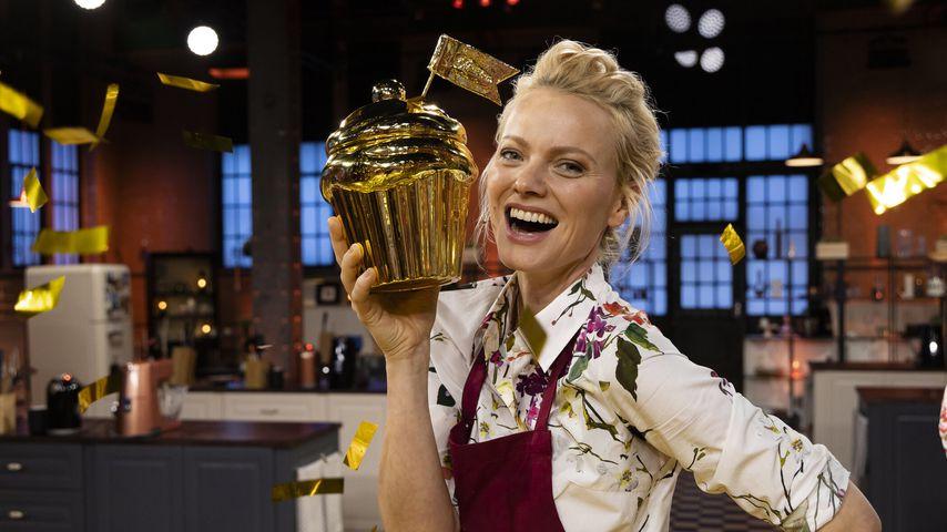 """Franziska Knuppe mit dem Goldenen Cupcake von """"Das große Promibacken"""""""