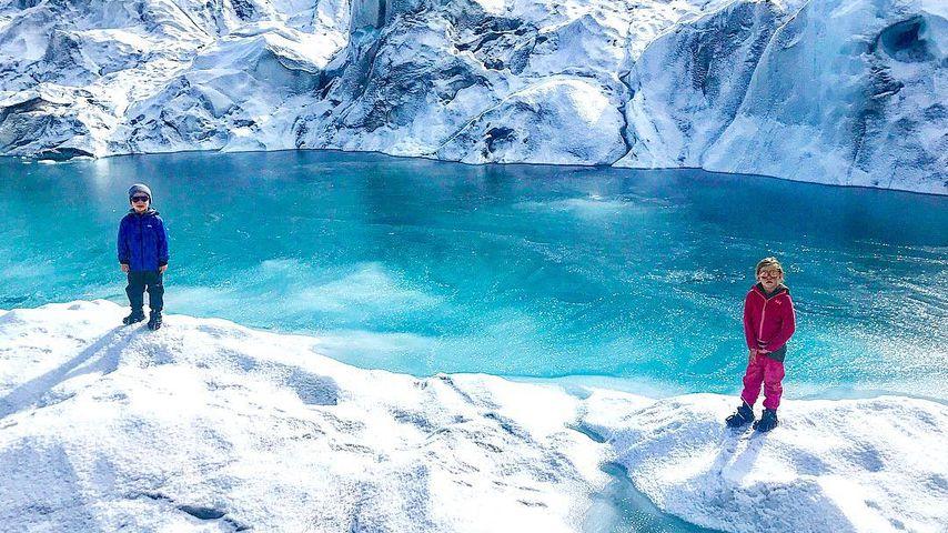 Die Zwillinge Gideon und Harper auf einem Gletscher