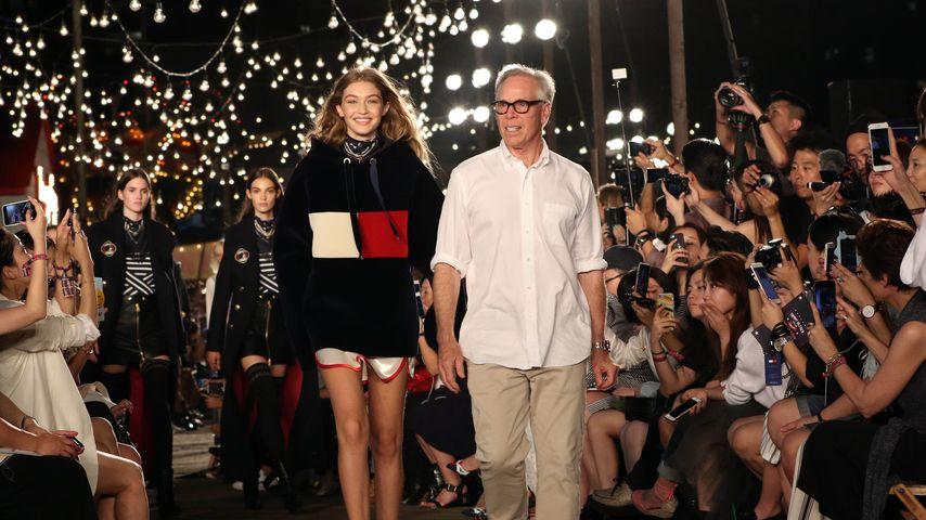 Gigi Hadid und Tommy Hilfiger während einer Fashion-Show in NYC