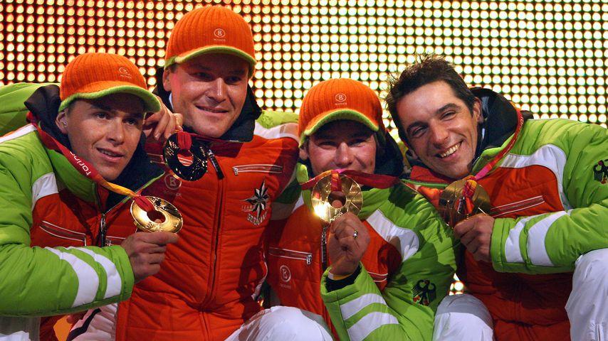 Goldmedaillengewinner Michael Rösch (2.v.l.) im Biathlon bei Olympia 2006