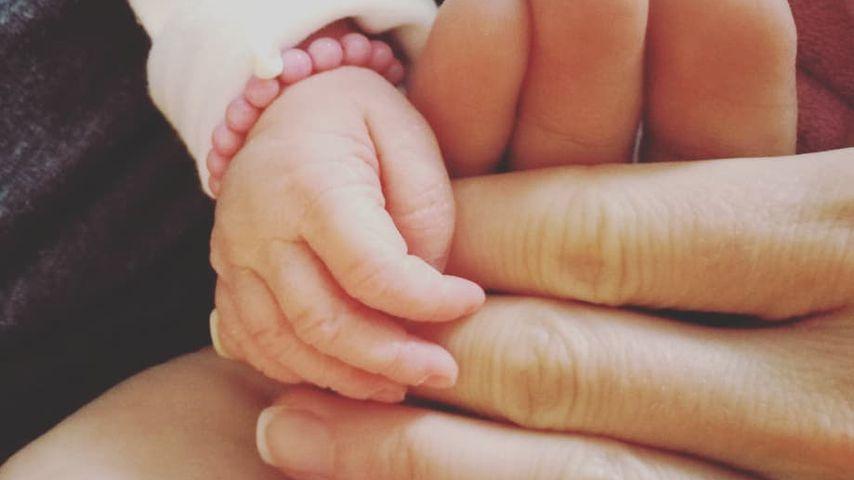 Hände von Alissa Harouat und ihrem Baby
