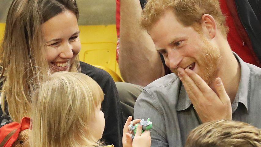 Royale Grimassen: Prinz Harry macht sich für Kind zum Affen!