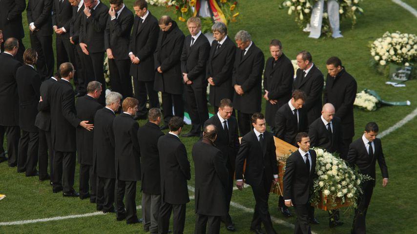 Die Hannover-96-Mitglieder beim Gedenkgottesdienst für Robert Enke 2009