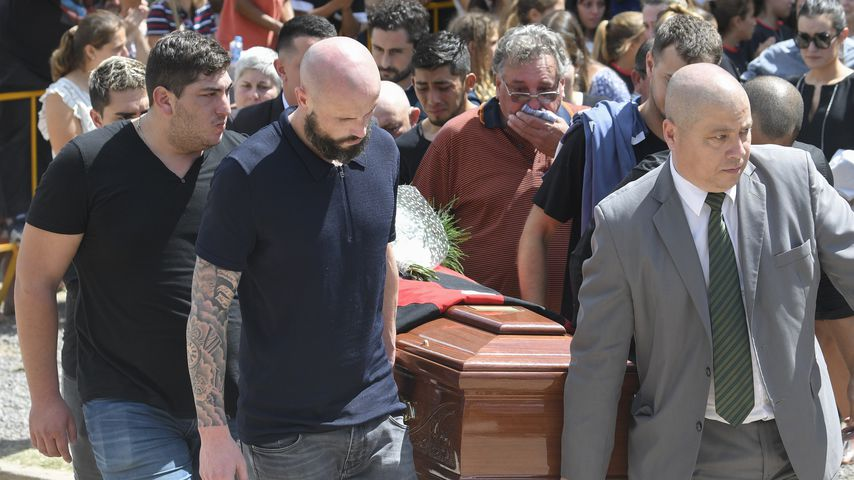 Haracio Sala (Mitte) bei der Beerdigung seines Sohnes