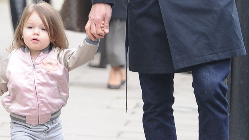 Süße Bilder: Harper Seven geht an Papa Davids Hand