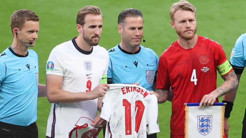Rührende Geste: Hier übergibt Kane den Dänen Eriksen-Trikot