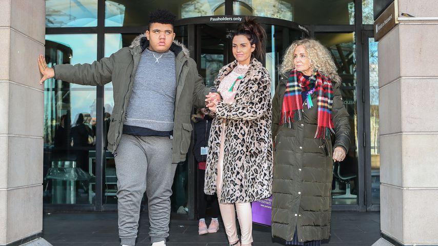 Harvey Price, Katie Price und ihre Mutter Amy Price vor dem Parlament