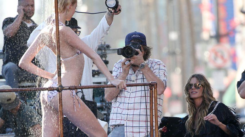Eine GNTM-Kandidatin und Chefjurorin Heidi Klum auf dem Hollywood Boulevard