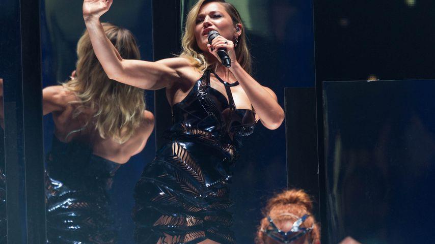 Helene Fischer mit ihren Tänzern beim GNTM-Finale in der König Pilsener Arena in Oberhausen