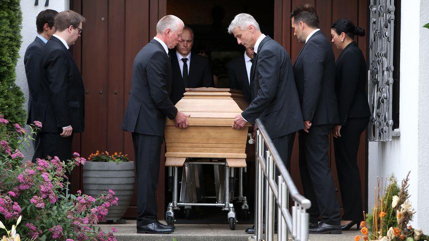 Bewegende Bilder: Hier wird Helmut Kohls Sarg abgeholt!