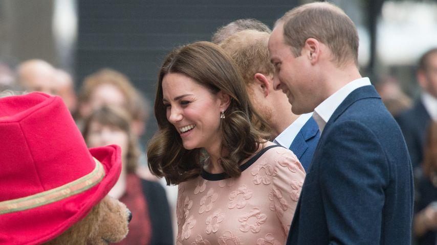 Herzogin Kate und Prinz William mit dem Paddington Bär in London