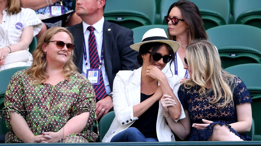 Herzogin Meghan mit ihren Freundinnen auf der Wimbledon-Tribüne