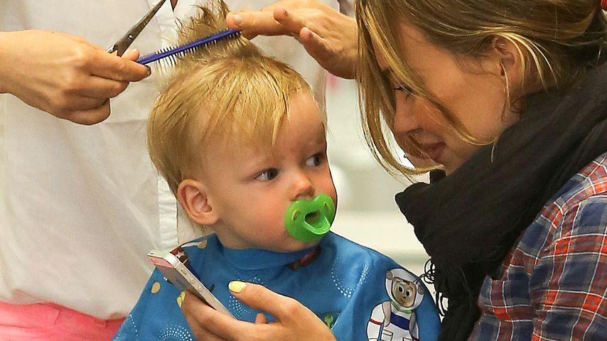 Haare schneiden! Hilary Duffs Sohn hält ganz still