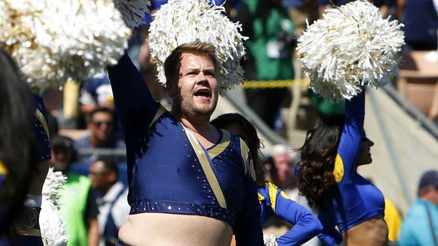 """James Corden mit den """"Los Angeles Rams""""-Cheerleadern"""