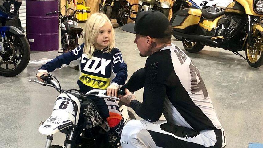 Pinks Sohn (3) fährt schon Motorrad – Papa Carey ist stolz!