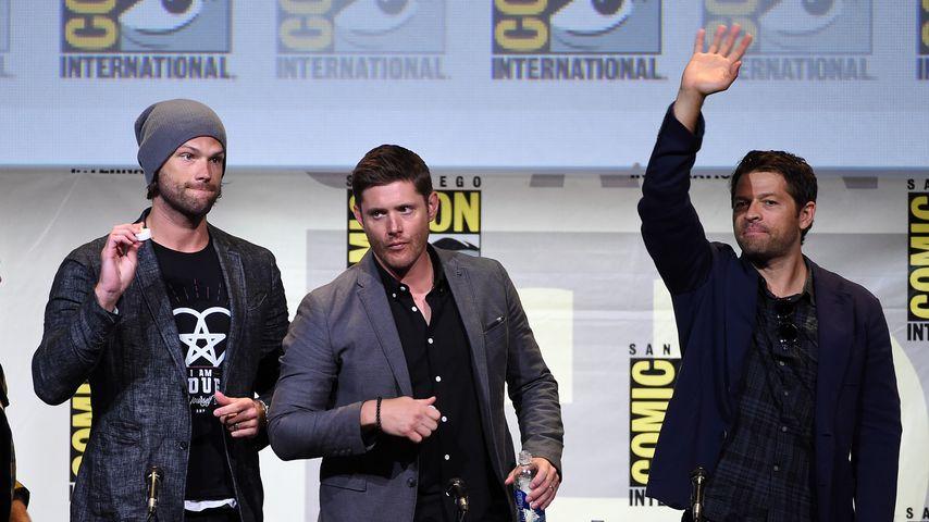"""Jared Padalecki, Jensen Ackles und Misha Collins albern bei einer """"Supernatural"""" Präsentation herum"""