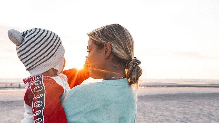 Jennifer Riley (derecha) con su hijo Milan
