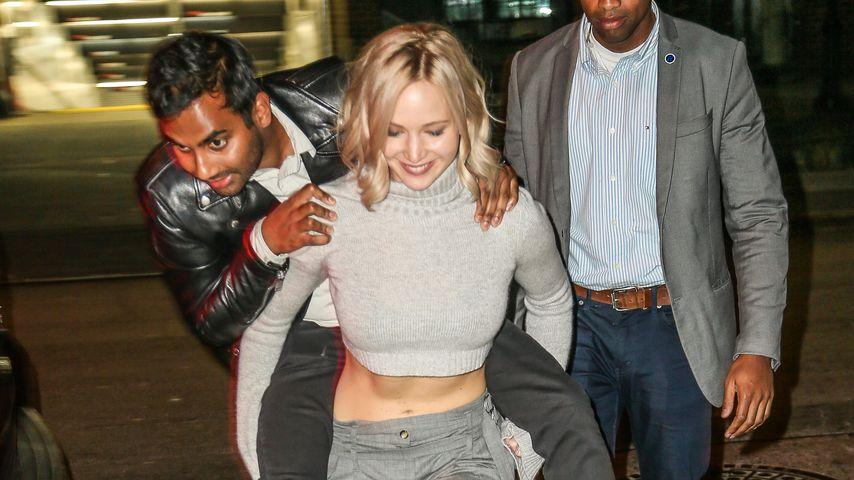 Jennifer Lawrence bietet Huckepack-Service ins Hotel!