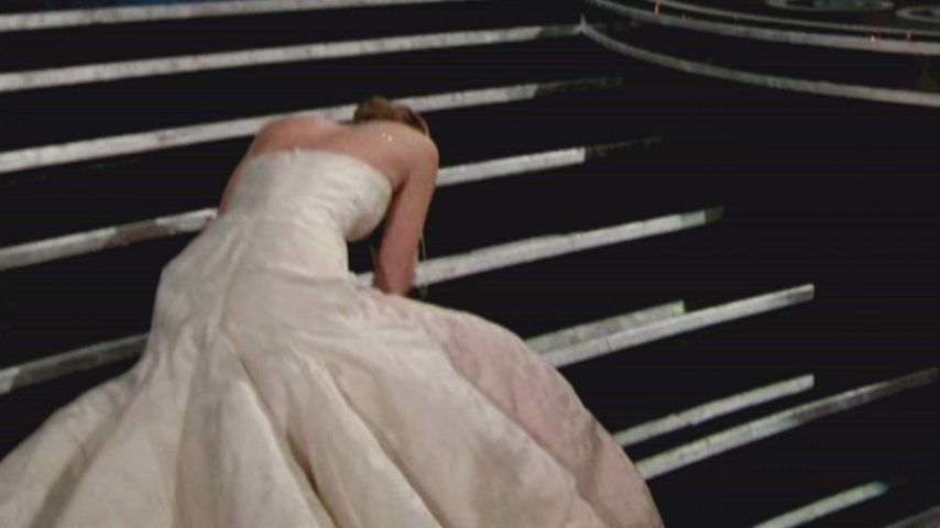Jennifer Lawrence stolpert beim Oscar 2013