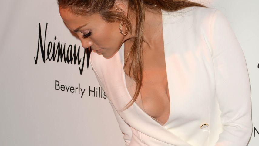 Brust-Panne: Was klebt denn da auf Jennifer Lopez' Busen?!
